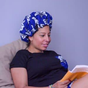 bonnet intérieur satin protecteur de boucles curly nights flora blue cheveux crépus lecture avant de dormir