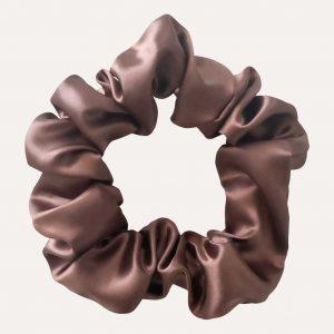 chouchou scrunchie xxl en satin curly nights marron glacé pour cheveux bouclés et crépus