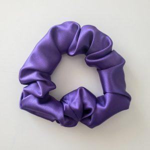 chouchou scrunchie xxl en satin curly nights violet cosmique pour cheveux bouclés et crépus