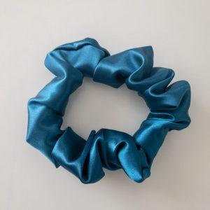 chouchou scrunchie xxl en satin curly nights bleu fidji pour cheveux bouclés et crépus