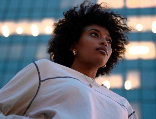 femme-avec-une-afro-en-sortie-après-avoir-suivit-les-conseils-cheveux-bouclés-pour-le-week-end